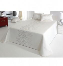 Coussin tissé jacquard Perline écru en ambiance avec couvre-lit assorti